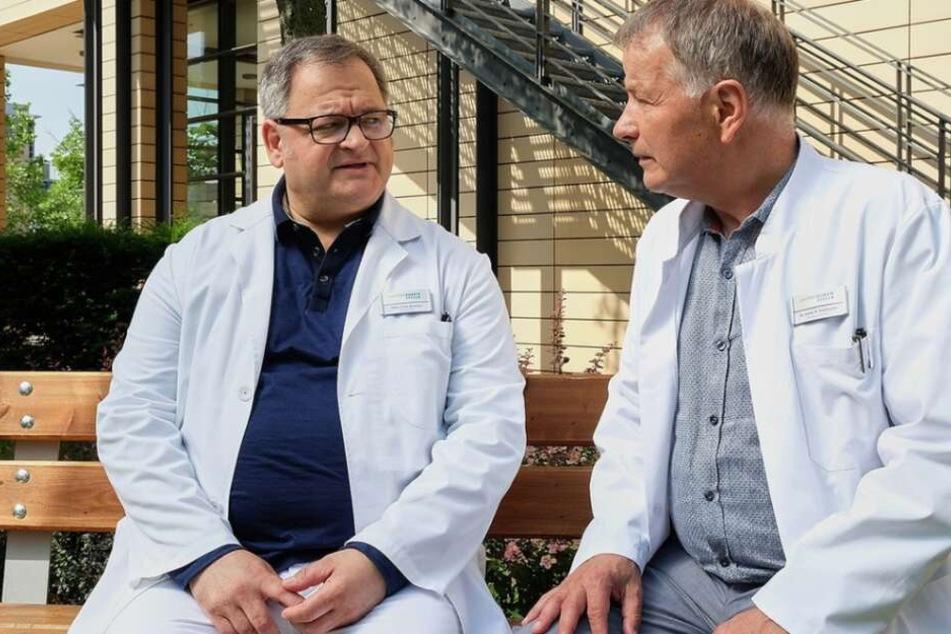Hans-Peter Brenner (links) erhält in der aktuellen IaF-Episode eine schockierende Nachricht durch Dr. Heilmann.