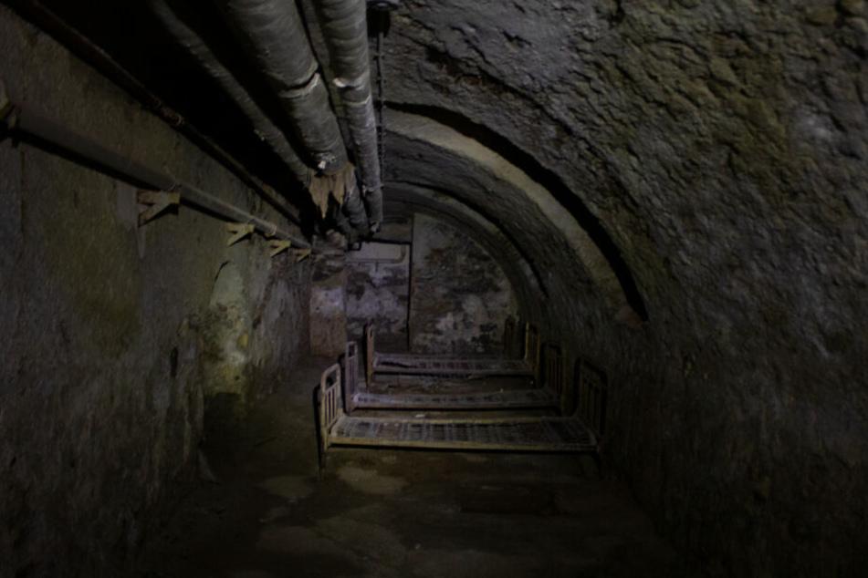 Verdammt gruslig! In diesem kalten und ungemütlichen Keller mussten offenbar Kinder schlafen.