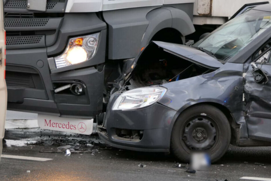 Der Skoda schleuderte noch gegen einen haltenden Lastwagen. Die Autofahrerin wurde schwer verletzt.