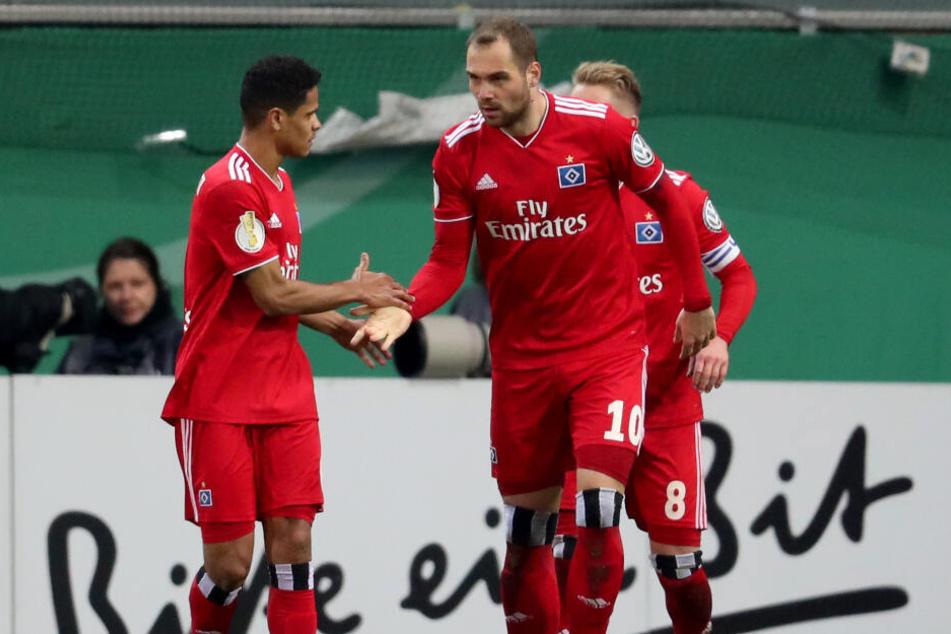 Vor Pierre-Michel Lasogga (rechts) und Douglas Santos müssen sich die Magdeburger in Acht nehmen.