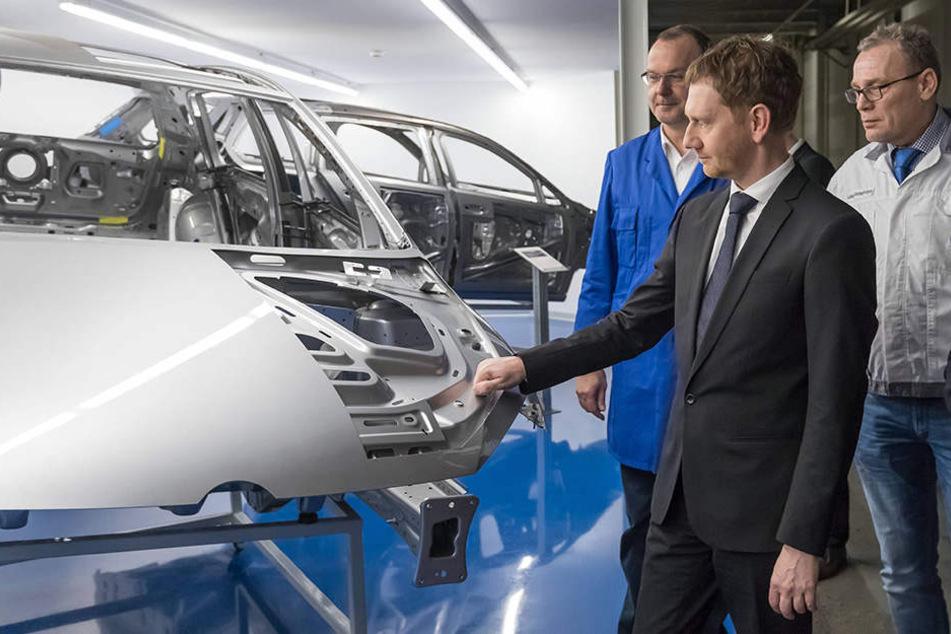 Ministerpräsident Michael Kretschmer (42, CDU) sprach bei seinem VW-Werksbesuch in Zwickau auch mit den Arbeitern. Volkswagen produziert derzeit in Zwickau die Modelle Golf und Passat.