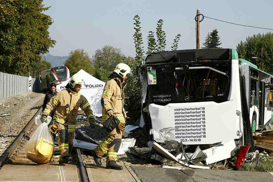 Die Unfallstelle gleicht einem Trümmerfeld.