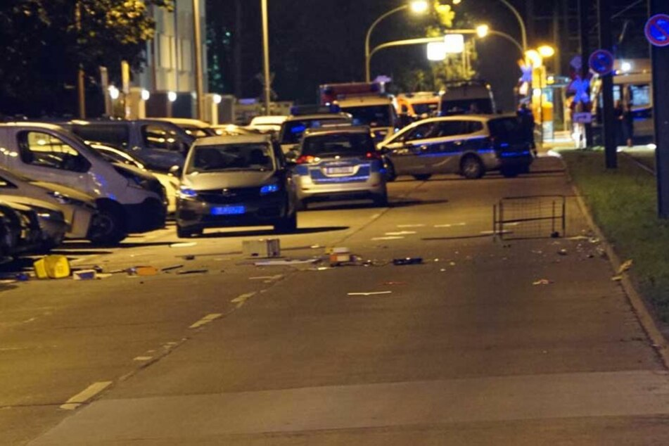Auf der Straße und den Autos liegen Einrichtungsgegenstände, die aus einer Wohnung im 6. Stock geworfen wurden.