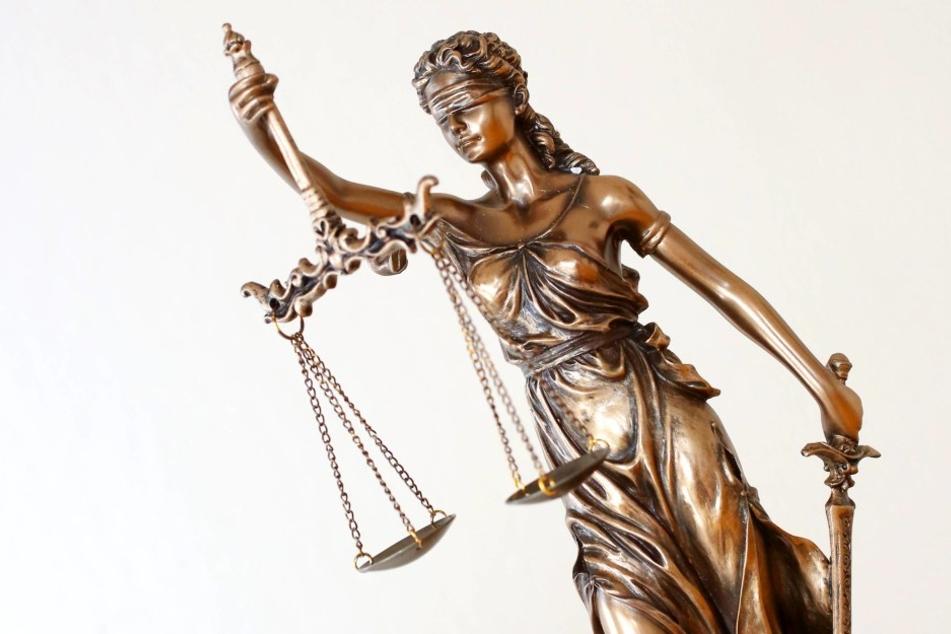 Justitia ist die Personifikation der Gerechtigkeit.Die Waage in ihrer Hand ist die Waage des Richters,mit deren Hilfe er das Für und Wider gegeneinander abwiegt.