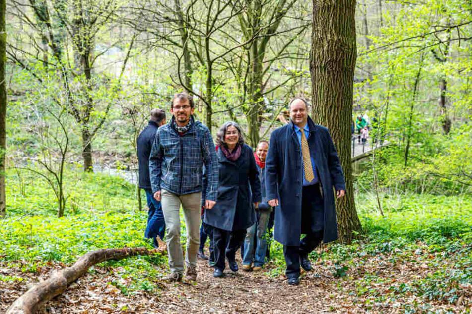 Dresdens OB Dirk Hilbert (45, FDP, r.) mit Umwelt-BM Eva Jähnigen (51, Grüne)  auf dem wiedereröffneten Wanderweg.