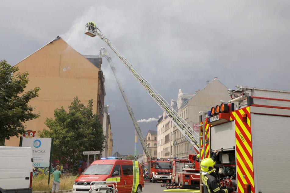 Die Feuerwehr war mit mehreren Löschfahrzeugen im Einsatz.