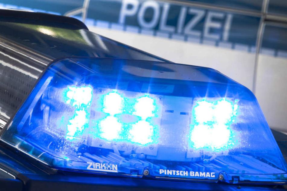 Mit Blaulicht eilte die Polizei zur Unfallstelle. (Symbolbild)