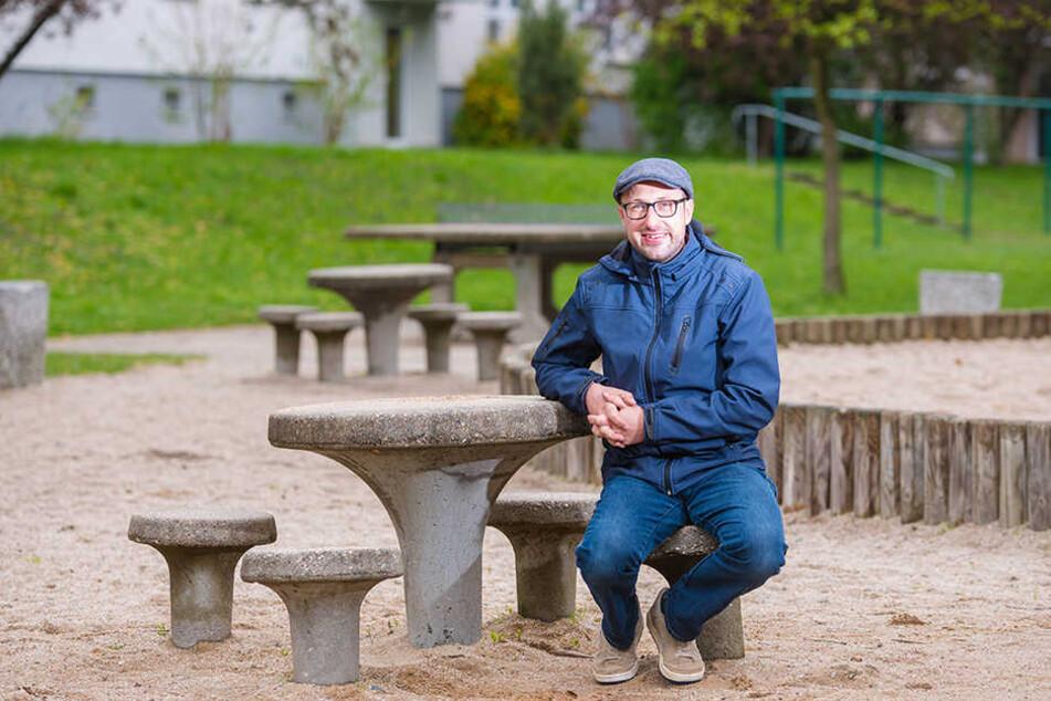 """Mathias Körner (39) hat ein Denkmalschutzkonzept für Gorbitz erarbeitet, dessen Umsetzung jetzt  geprüft wird. Mit dabei sind auch diese """"Trichtermöbel""""."""