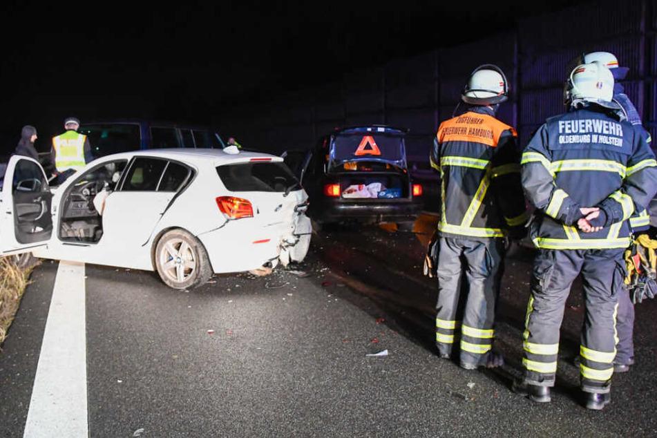 Einsatzkräfte stehen an der Unfallstelle auf der A25.