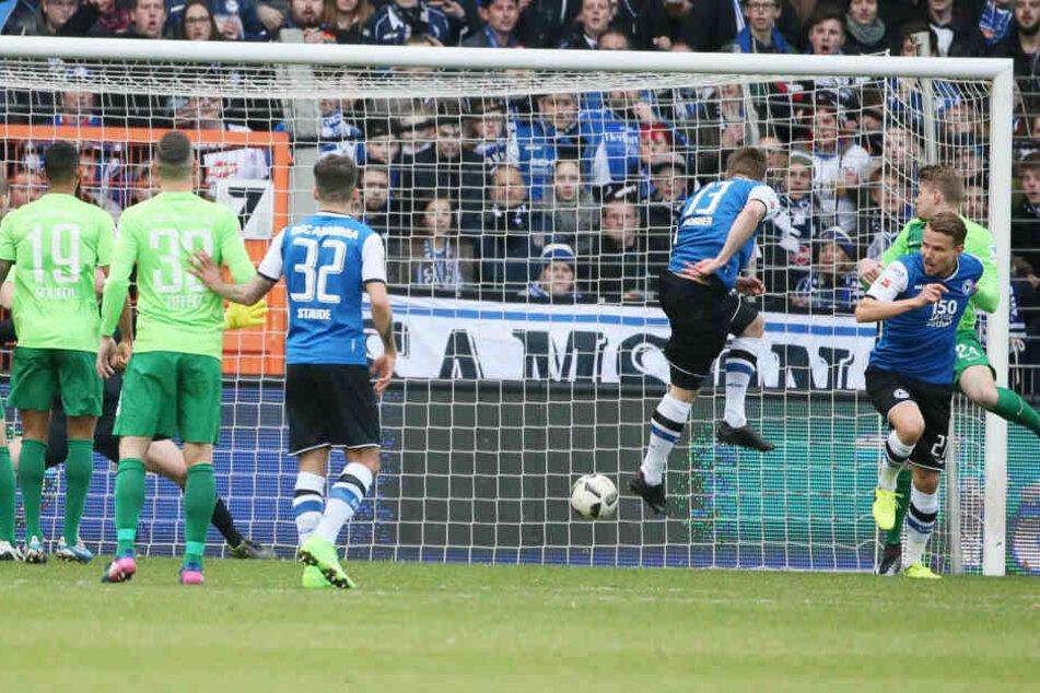 Tor für Bielefeld: Julian Börner (Bielefeld) erzielt per Kopf den Treffer zum 2:0.