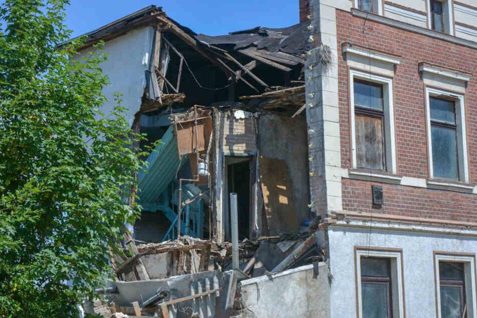 Nachdem sich zunächst ein Riss bildete, brach die Giebelseite aus dem Haus heraus.