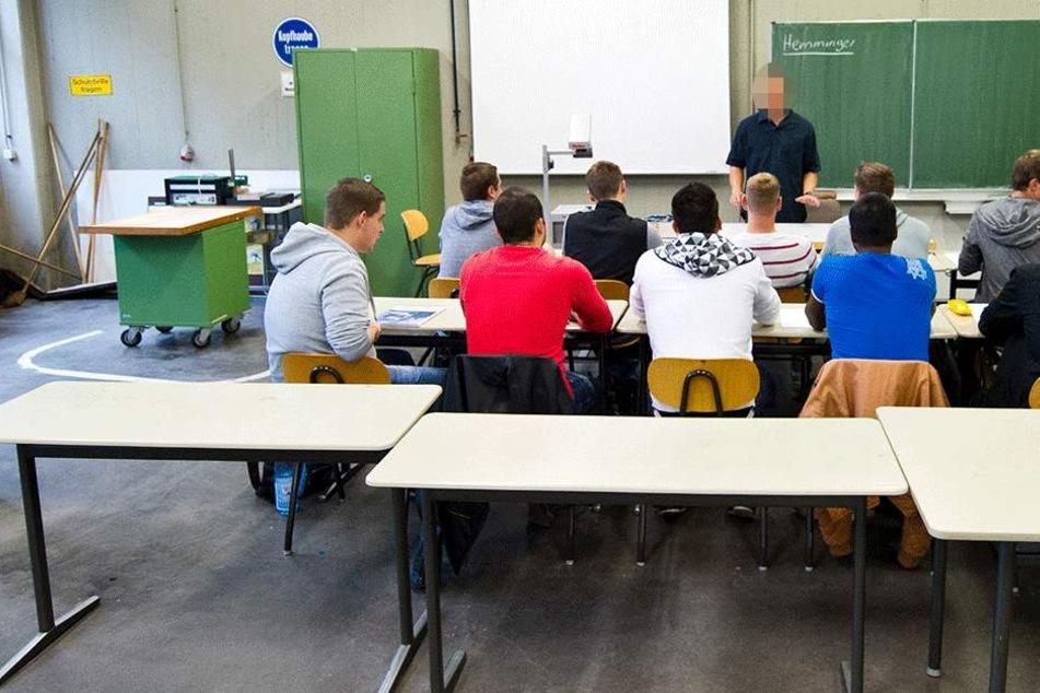Lehrer fordert Schüler auf, sich mit Hitlergruß zu melden und hetzt gegen Ausländer