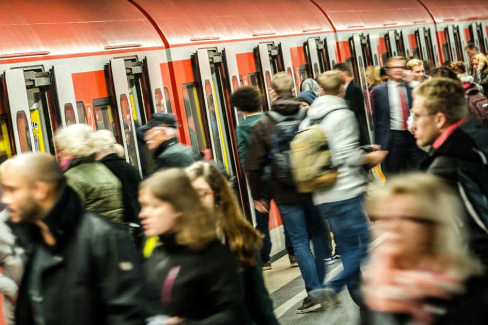 Pendler und andere Reisende in Bayern brauchen am Dienstag gute Nerven und viel Geduld. (Archivbild)