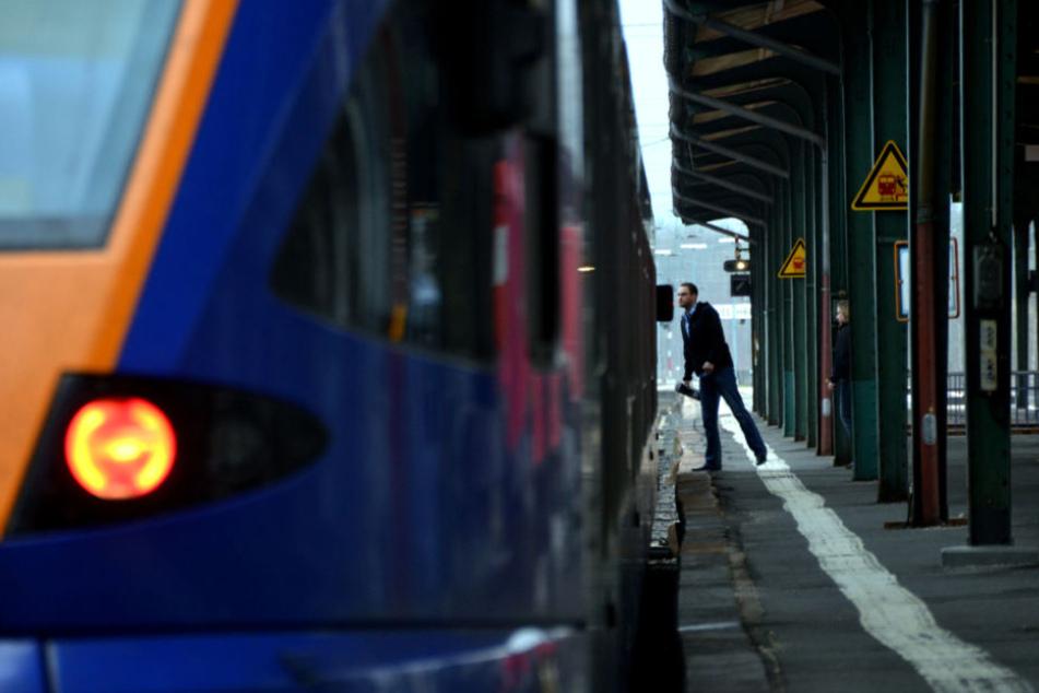 Ein Bahnmitarbeiter entdeckte den Jungen im Zug (Symbolfoto).