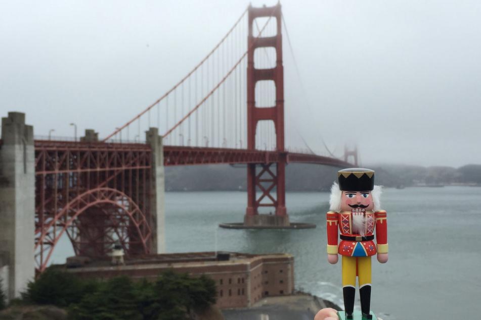 Die Golden Gate Brücke in San Francisco liegt im Nebel bei einer leichten  Brise und drohendem Nieselregen - doch die Frisur sitzt. Der erzgebirgische  Markenbotschafter macht vor allen Sehenswürdigkeiten der Welt eine gute  Figur.