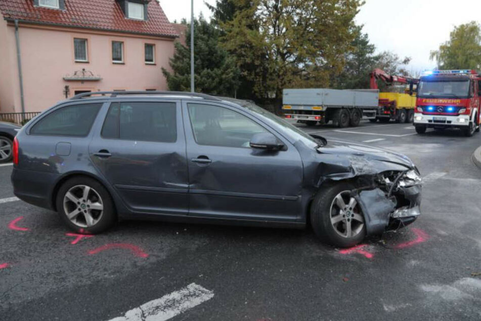 Der vom Unfall gezeichnete Skoda Octavia. Im Hintergrund ein Fahrzeug der Feuerwehr.