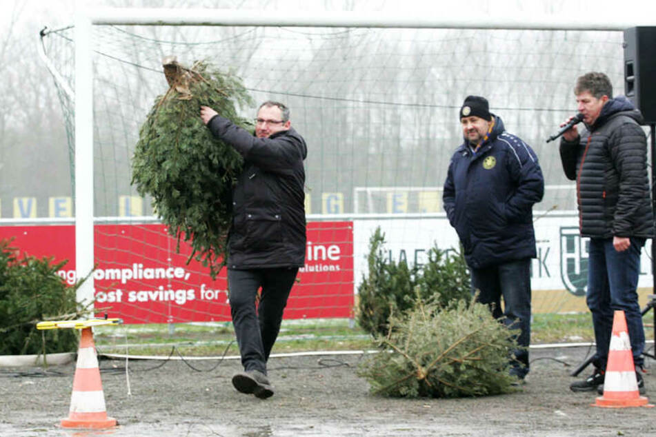Auch Lok-Präsident Thomas Löwe ließ sich nicht lumpen und trat im Weihnachtsbaum-Weitwurf an.