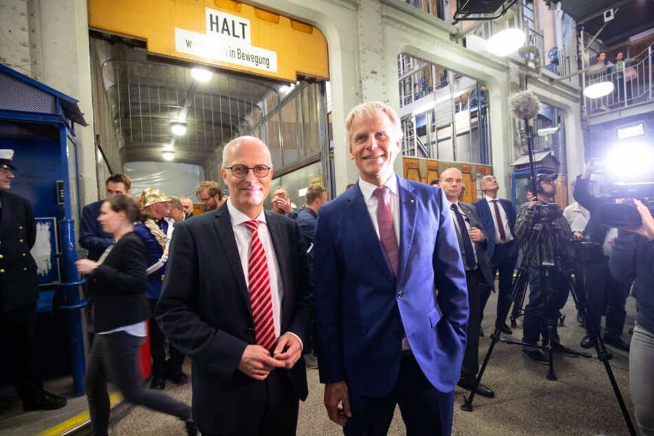 Peter Tschentscher (SPD, links), Hamburgs Erster Bürgermeister, und Jens Meier, CEO der Hamburg Port Authority (HPA) bei der Wiedereröffnung der renovierten Oströhre des Alten Elbtunnels. Nach mehr jahrelanger Sanierung ist am Freitag die Oströhre des Alt