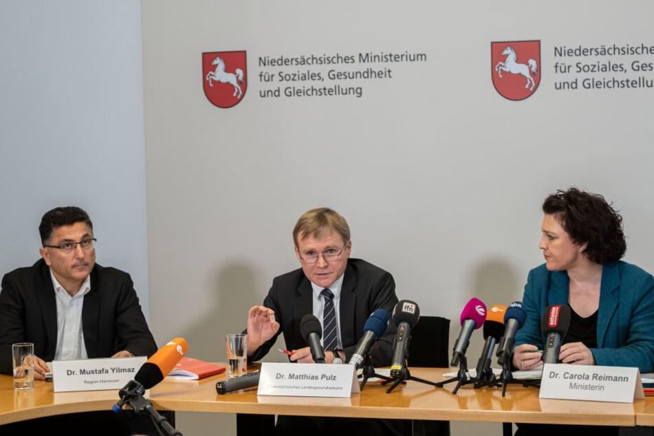 Mustafa Yilmaz (l-r), Amtsarzt der Region Hannover, Matthias Pulz, Leiter Niedersächsisches Landesgesundheitsamt und Carola Reimann, Niedersachsens Sozialministerin (SPD), sprechen während einer Pressekonferenz.