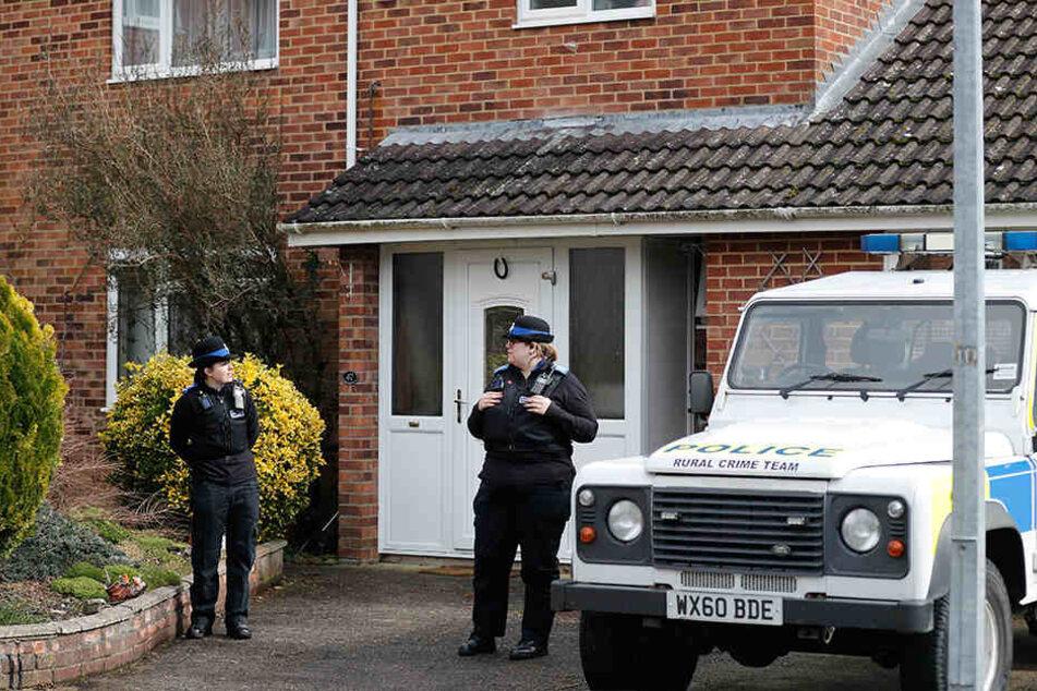 Einsatzkräfte der Polizei stehen vor Skripals Haus. Der vergiftete russische Ex-Doppelagent und seine Tochter sollen zu Hause mit dem Nervengift in Kontakt gekommen sein.
