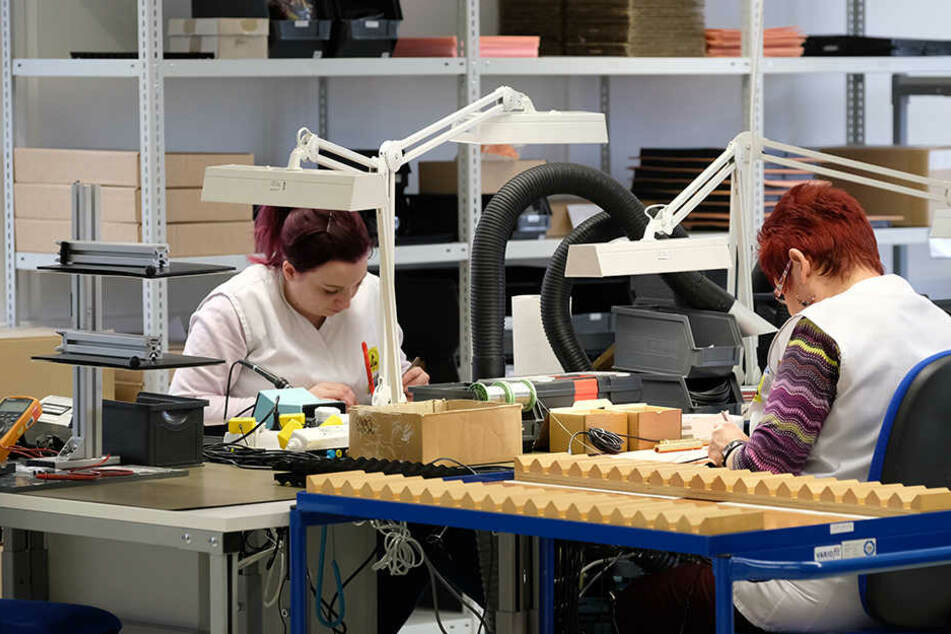 Woher sollen die fehlenden Fachkräfte in ein paar Jahren kommen? Im Bild: Mitarbeiterinnen des Sensorherstellers Micas im erzgebirgischen Oelsnitz.