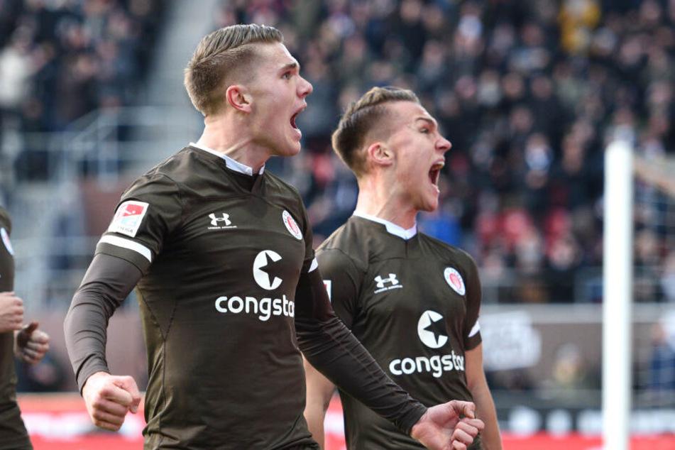 Viktor Gyökeres (links) und Leo Östigard freuen sich gemeinsam über ein Tor.