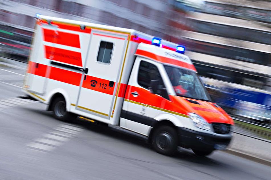 Der 29 Jahre alte Polizist wurde mit schweren Verletzungen in ein Krankenhaus gebracht. (Symbolbild)