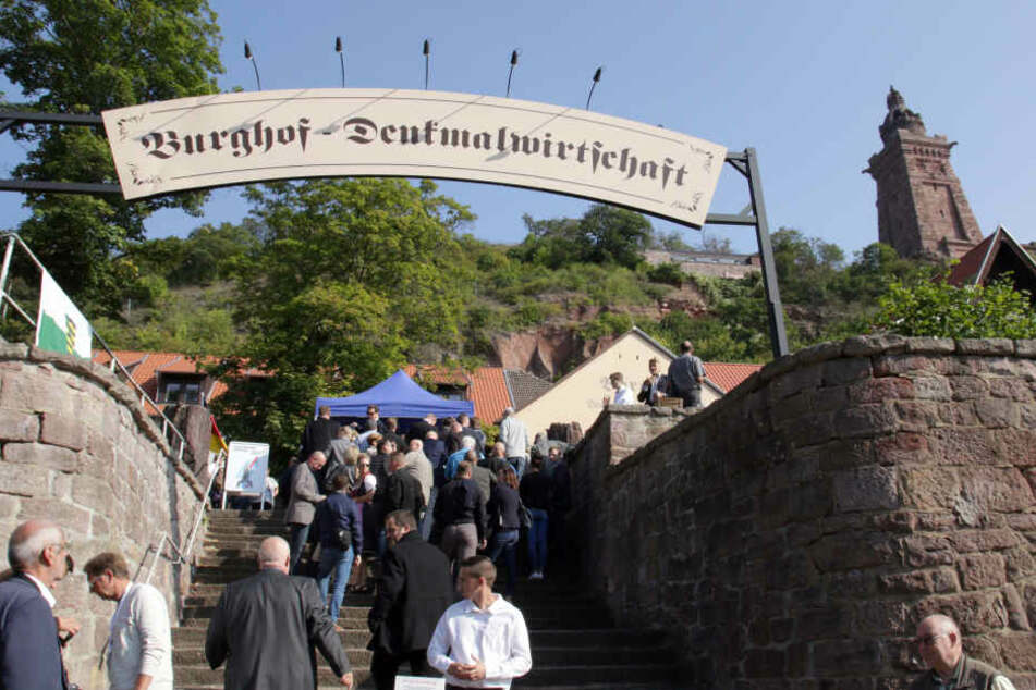 2017 fand das Treffen an der Burghof-Denkmalwirtschaft statt, Teilnehmer standen hier Schlang um sich auf die Listen eintragen zu lassen.
