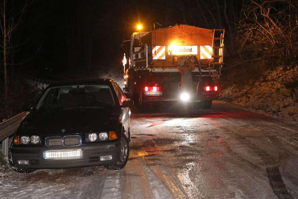 Die Autofahrer auf den Straßen Sachsens haben weiterhin mit starkem Schneefall und Glatteis zu kämpfen.