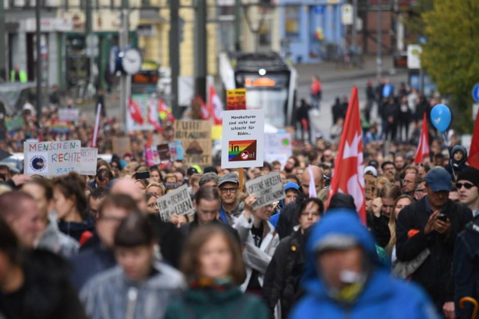 """Teilnehmer eines Demonstrationszuges ziehen auf dem Weg zum Familienfest des Bündnisses """"Rostock Nazifrei"""" auf dem Universitätsplatz durch die Stadt."""