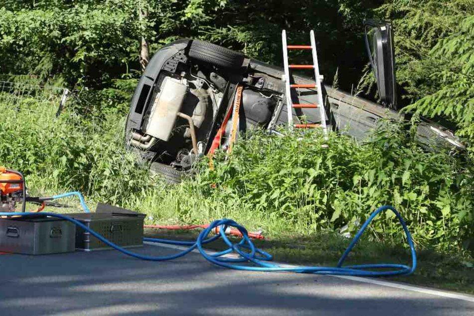 Eines der Autos landete auf der Seite.