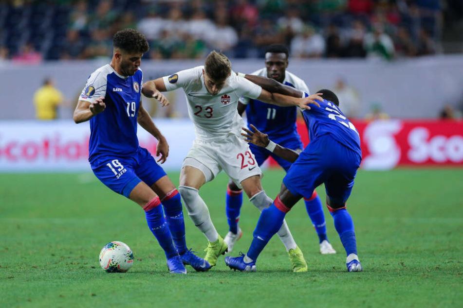 FSV-Neuzugang Marcus Godinho (M.) kämpft hier beim Gold Cup im Trikot Kanadas mit zwei Haiti-Kickern um den Ball.