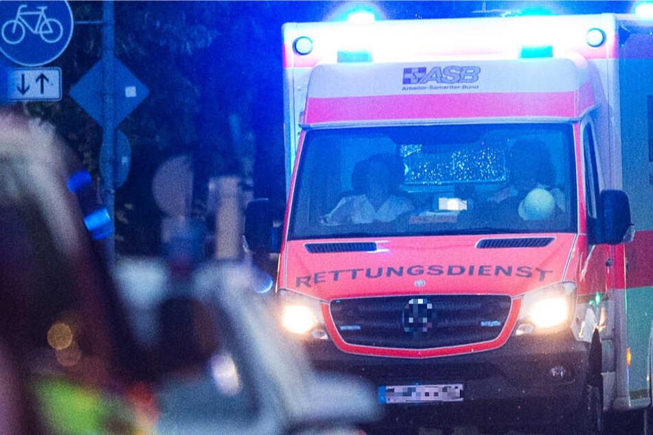 Der junge Mann wurde in ein Krankenhaus gebracht (Symbolbild)