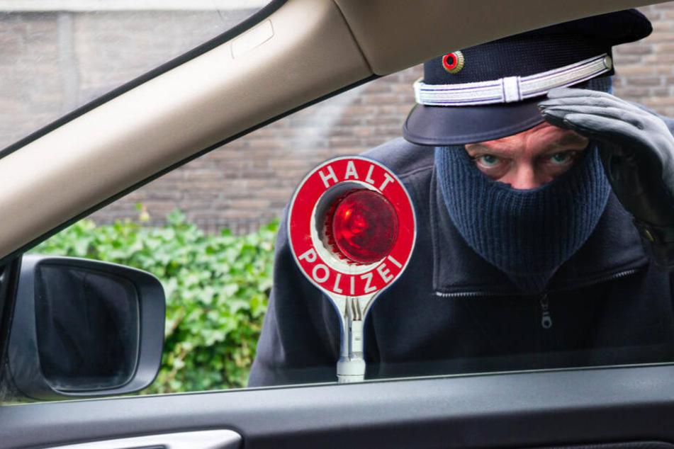 Als falsche Polizisten verkleidet haben zwei Unbekannte einem 49-Jährigen sein Auto abgenommen. (Symbolbild)