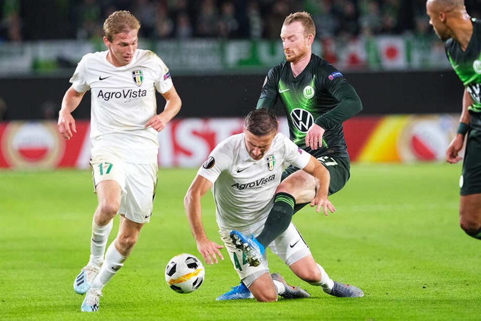 Maximilian Arnold (Zweiter von rechts) hielt mit dem VfL Wolfsburg vor enttäuschender Kulisse die Bundesliga-Fahne beim 3:1-Sieg in der Europa League gegen den PFK Olexandrija hoch.