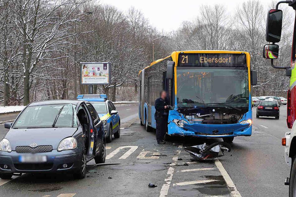 Die Unfallstelle in der City: Der Bus krachte dem Toyota in die Seite.
