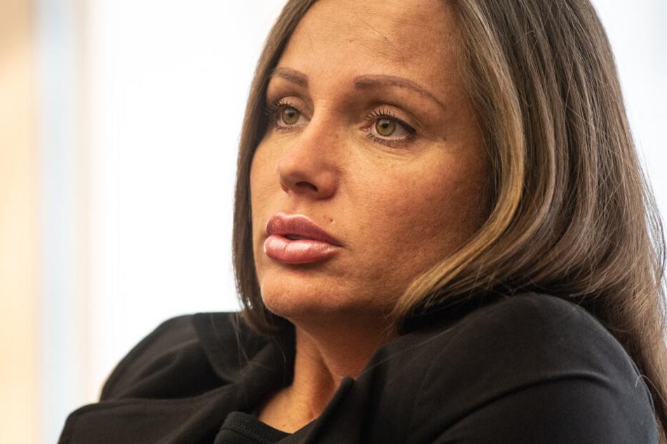 Rapperin Schwesta Ewa sitzt im Sitzungssaal im Bundesgerichtshof vor ihrer Anhörung im Februar 2019.