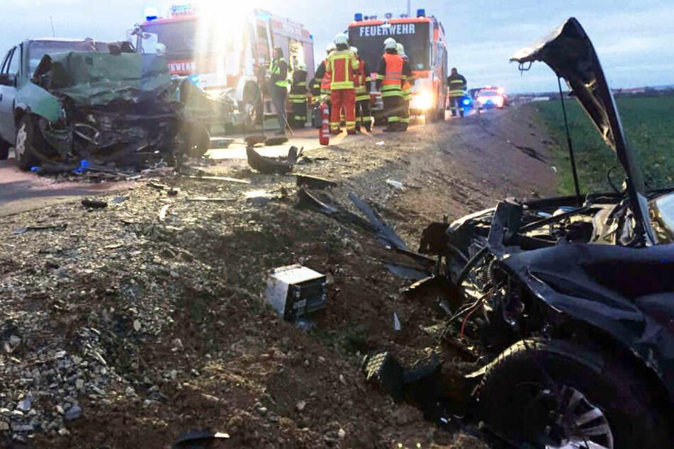Autos krachen zusammen, VW wird in Feld geschleudert: Vier Verletzte!