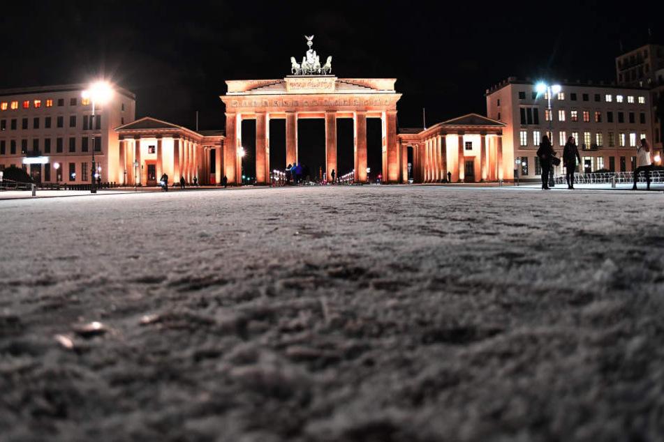 Schnee und Eisglätte haben den Straßenverkehr in Brandenburg am Donnerstagmorgen teilweise erheblich beeinträchtigt.
