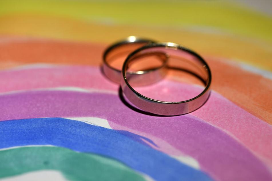 Die evangelische Kirche in Deutschland ist uneins, was die Heirat homosexueller Paare angeht. (Symbolbild)