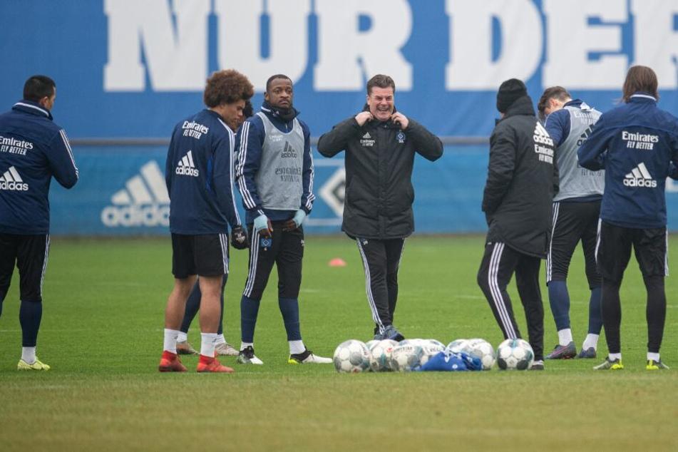Dieter Hecking steht beim ersten Training im neuen Jahr mit seiner Mannschaft auf dem Platz.