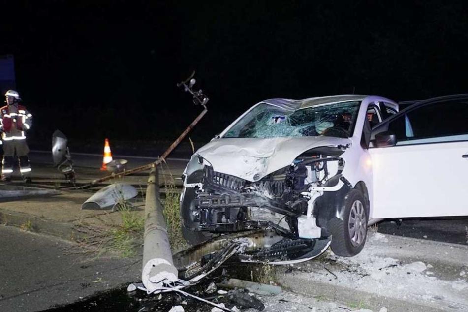 Durch die Wucht des Aufpralls stürzte die Laterne auf den VW.