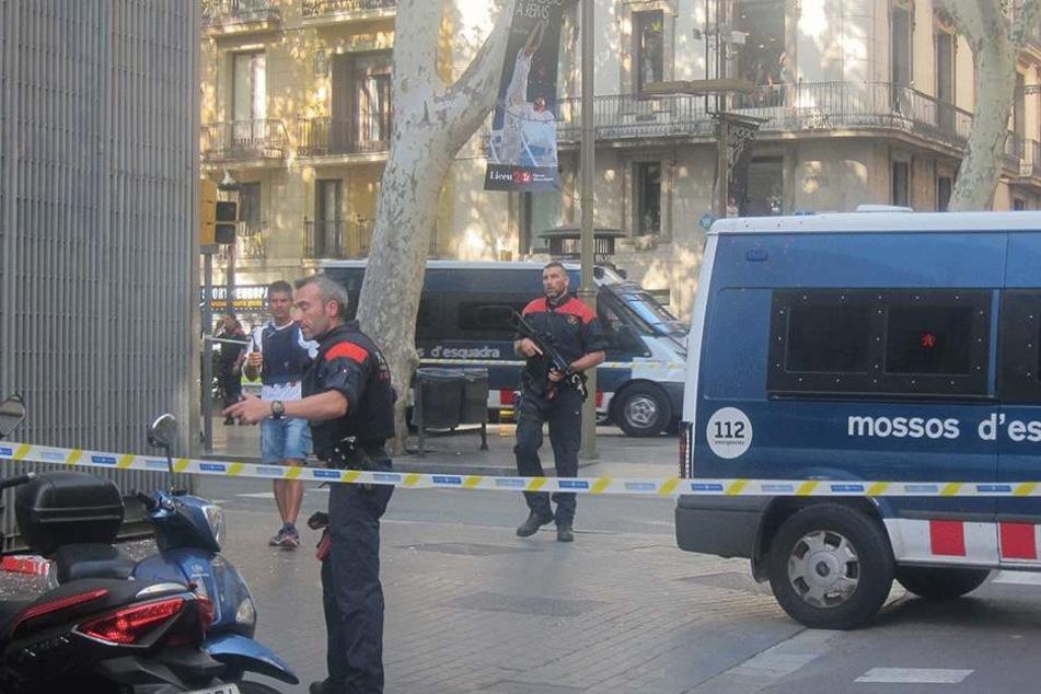 Polizisten sichern die Gefahrenzonen.