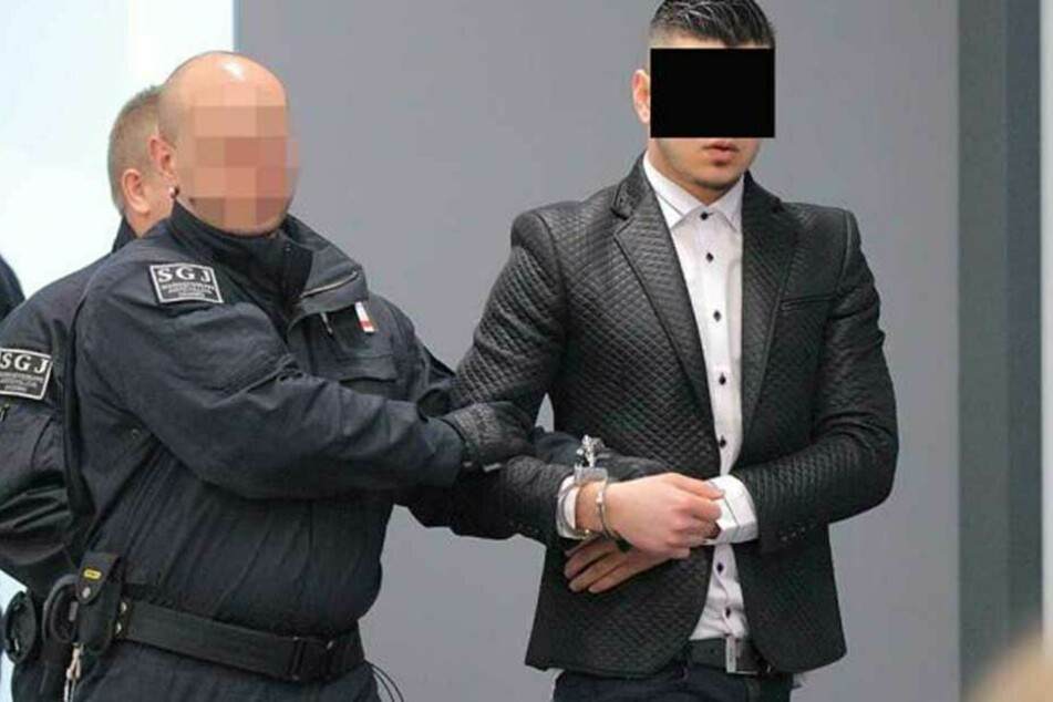 Den Haftbefehl gegen den früheren Tatverdächtigen Yousif A. aus dem Irak (hier auf dem Weg zu seinem Prozess) hatte Daniel Zabel abfotografiert und an die Öffentlichkeit gegeben.