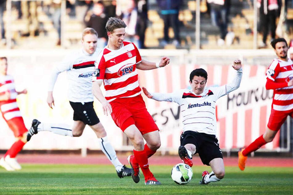 FSV-Angreifer Lion Lauberbach (M.) traf zum vorentscheidenden 2:0 für Zwickau.