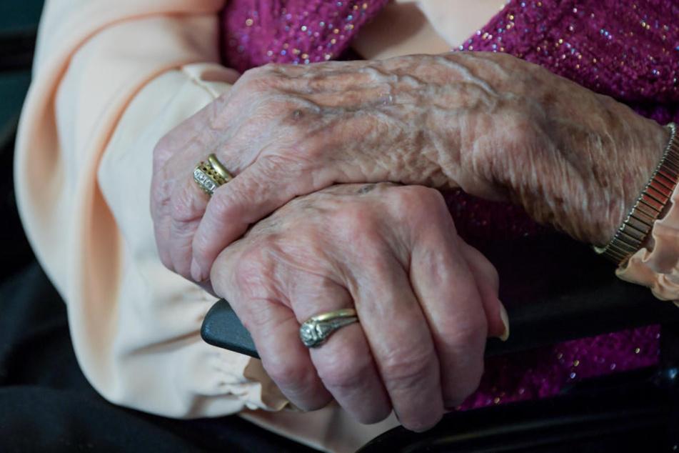 Die Seniorin lag zwei Tage hilflos in ihrer Wohnung, bis sie von einer aufmerksamen Frau gefunden wird. (Symbolbild)