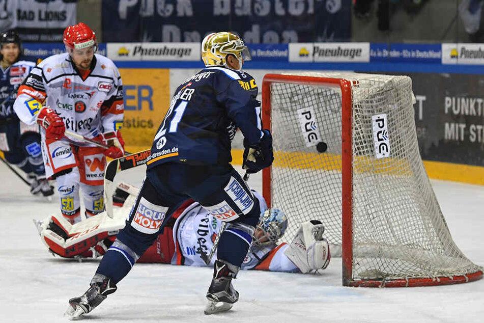 Alexander Höller (M.) trifft gegen die Eispiraten regelmäßig. Schießt er heute die Eislöwen in Crimmitschau zum ersten Derbysieg der Saison?