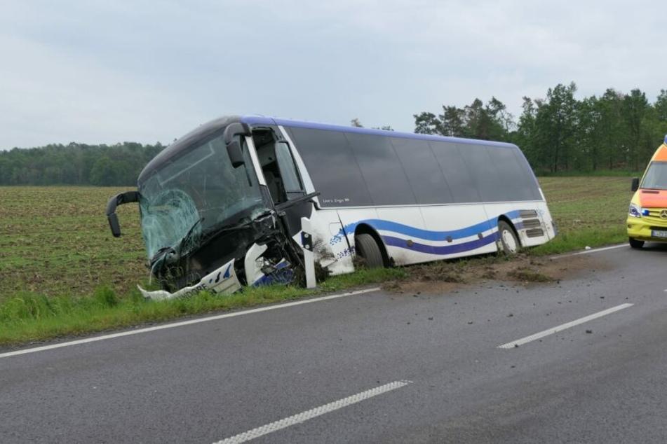 Der Bus soll laut Zeugenaussagen vor dem Frontalzusammenstoß Schlangenlinien gefahren sein. Gegen den Fahrer (75) wird nun wegen fahrlässiger Tötung ermittelt.