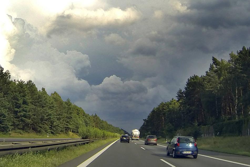 Dunkle Gewitterwolken über dem Berliner Ring (A10) in Höhe Marzahn.
