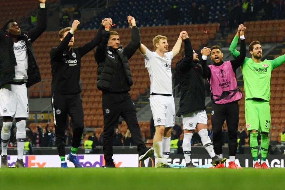 Die Spieler von Eintracht Frankfurt jubeln nach dem 1:0-Auswärtssieg gegen Inter Mailand.